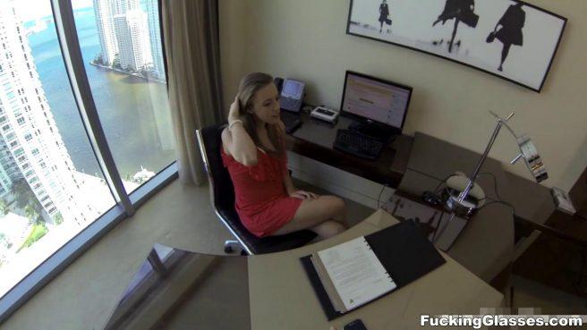 Секретарша по-быстрому сделала горловой минет разносчику почты #1