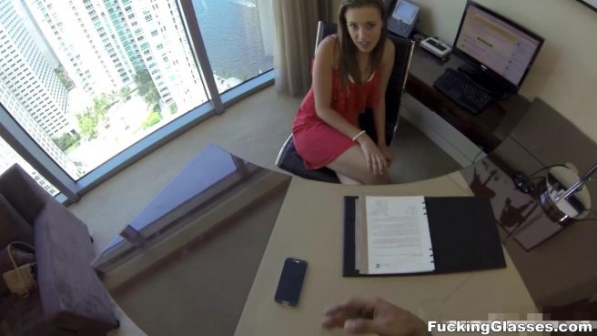 Секретарша по-быстрому сделала горловой минет разносчику почты #4