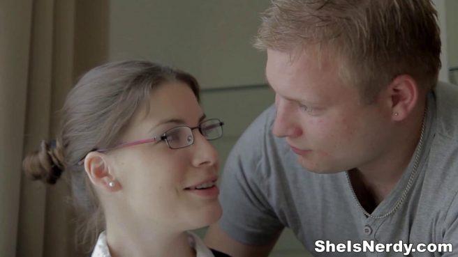 Студентка в очках нежно отсосала до спермы большой член волосатого репетитора #2
