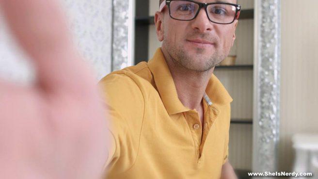 Очкастый курьер в желтой майке ебет на столике пизду клиентки #2