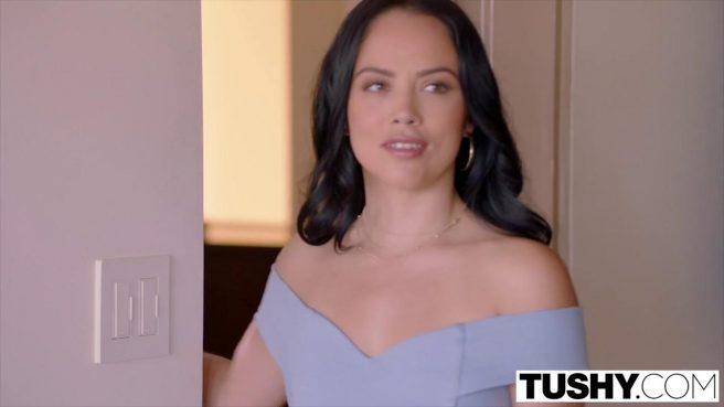 Матюрка в голубом платье пригласила поебаться в очко друга #2