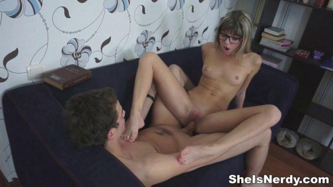 Пара студентов сосется на синем диване и готовится заняться еблей #8