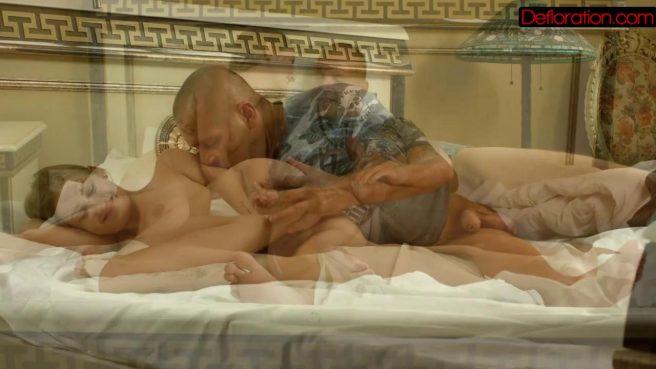 Зрелый мужик натягивает невесту сына в кровати на большую палку #9