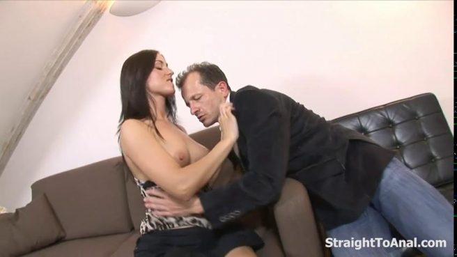 Сисястая девка дает хуястому начальнику на квартире в упругий попец #1