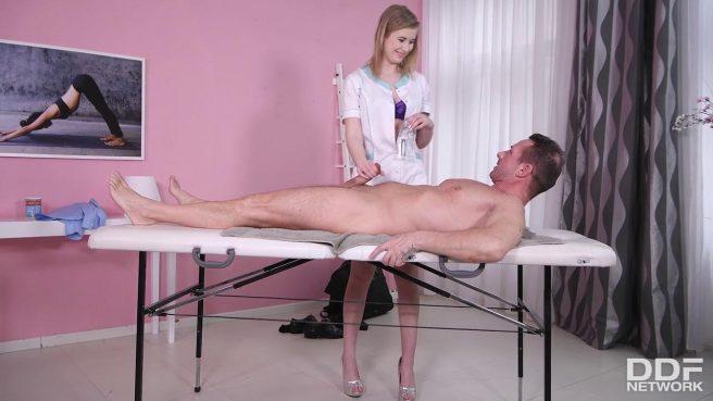 Похотливая телочка в халатике захотела жаркого секса #3