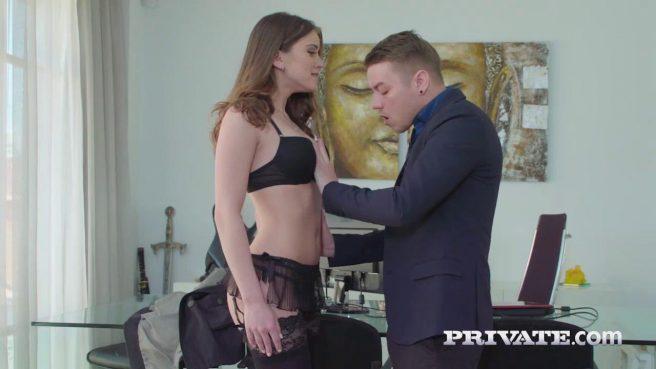 Телка в чулках ради работы готова на жаркий секс с молодым боссом #4