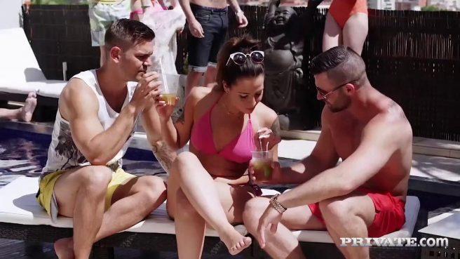 Познакомились на пляже и замутили групповуху с аналом #2