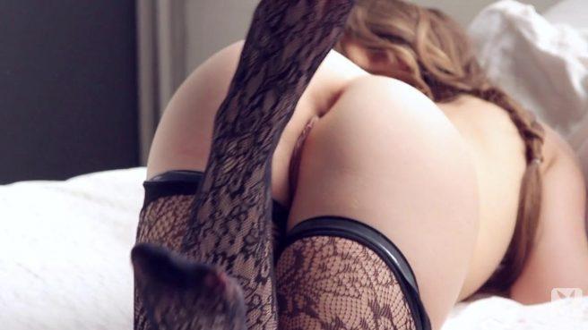 Молодая телочка в чулках умелло демонстрирует свой пышный зад #8