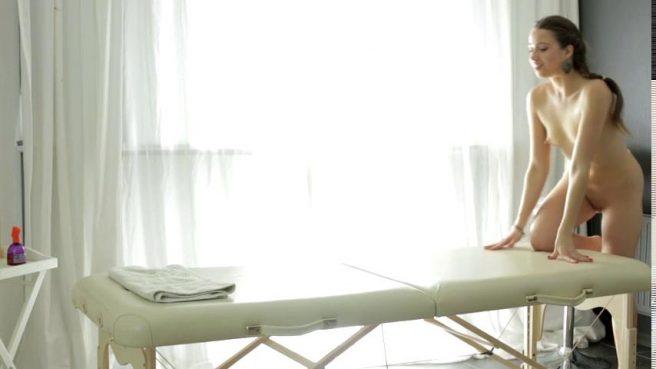 Телочка отблагодарила массажистов, отсосав им крепкие стояки #1