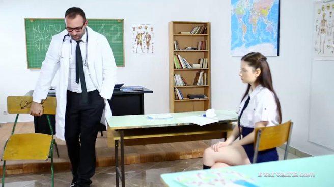 Анальный секс молодой студентки со зрелым педагогом на столе #2