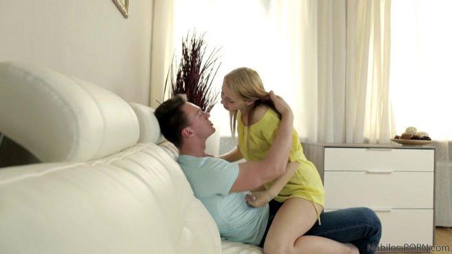 Влюбленная парочка любит трахаться стоя или на диване #1