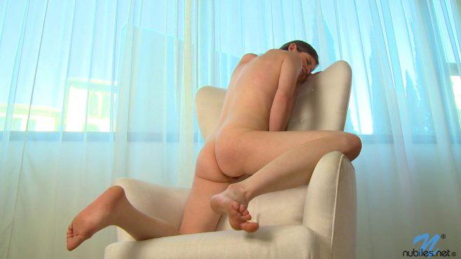 Телка с красивыми сиськами нежно мастурбирует пилотку в кресле #10