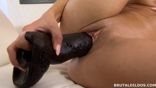 Худая блонда тестирует огромный черный самотык #9
