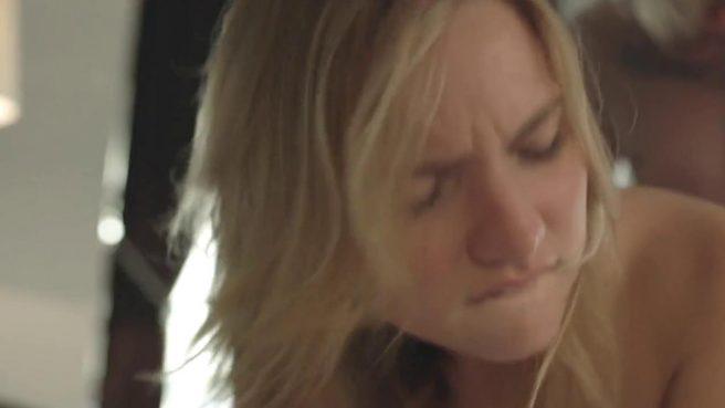 Мокрую девушку трахают раком на кровати после душа #9