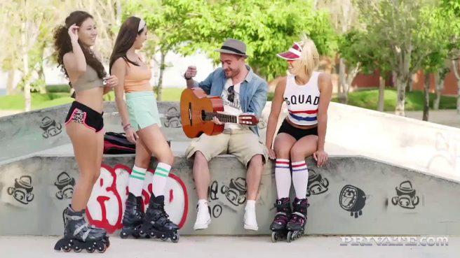 Музыканту пришлось трахнуть двух девок в сочные киски #2