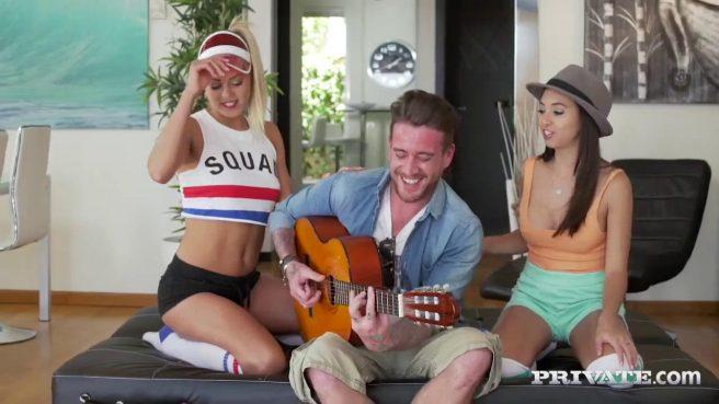 Музыканту пришлось трахнуть двух девок в сочные киски #3