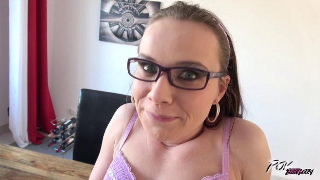 Девку в очках трахают на столе после минета #1