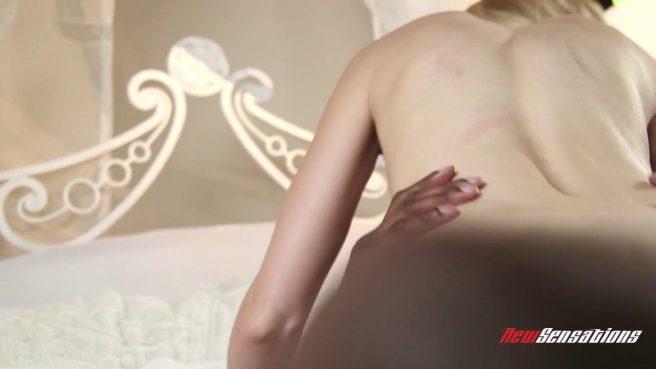 Темнокожий мужик устроил своей блондинке жесткий секс в постели #6