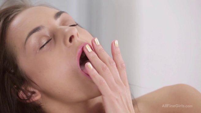 Молодая телка с упругими дойками пальцами мастурбирует вагину #7