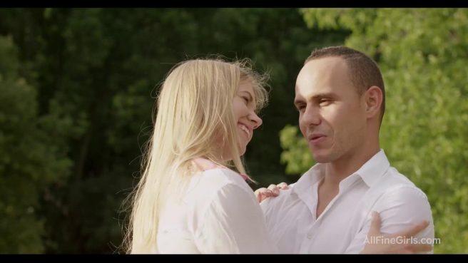 Нежный секс с блондинкой в чулках в парке на скамье #1