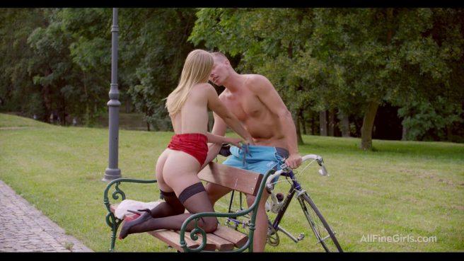 Нежный секс с блондинкой в чулках в парке на скамье #3