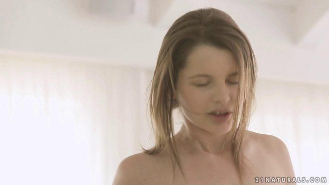Красивый секс с любимой девушкой на белых простынях #9