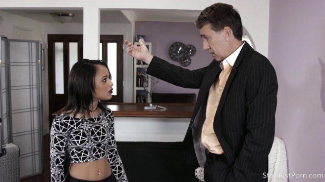 Зрелый самец жестко долбит дырочку своей молодой девицы #1