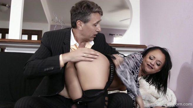 Зрелый самец жестко долбит дырочку своей молодой девицы #2