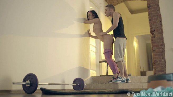 Снял леггинсы с подруги, чтобы устроить с ней фитнес-секс #5
