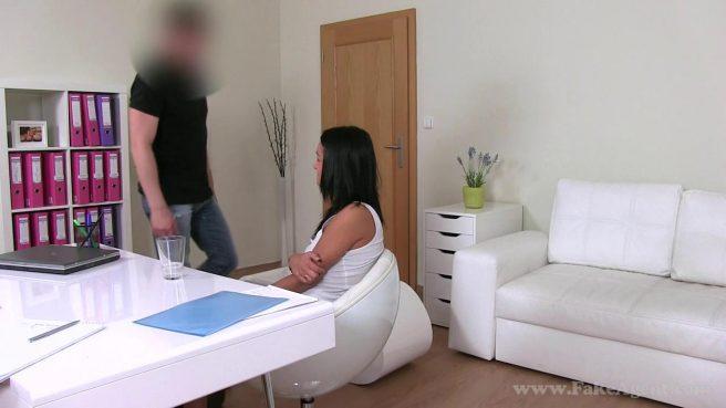 Загорелая девица трахается с мужиком, надеяясь на новую должность #5