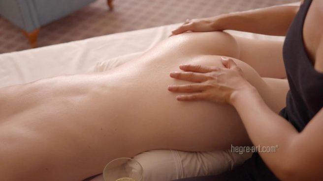 Девушка балует подругу нежным массажем пилотки и доводит ее до оргазма #5