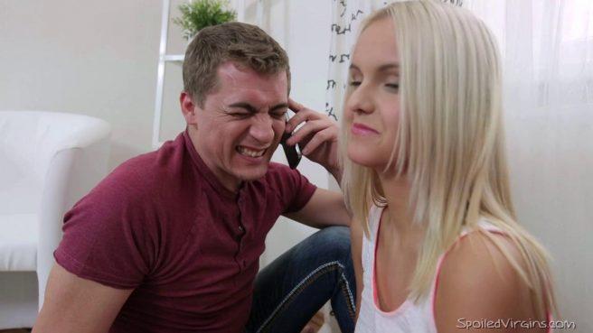Блондинке досталось сразу два возбужденных члена в ЖМЖ сексе #2