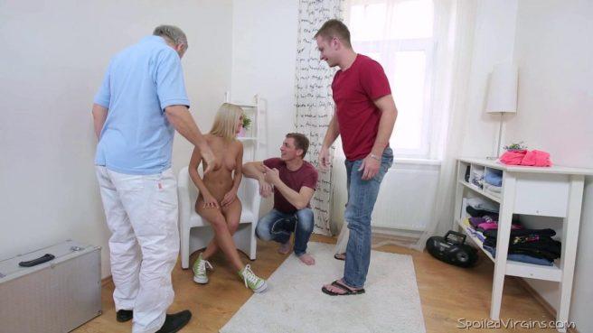 Блондинке досталось сразу два возбужденных члена в ЖМЖ сексе #3