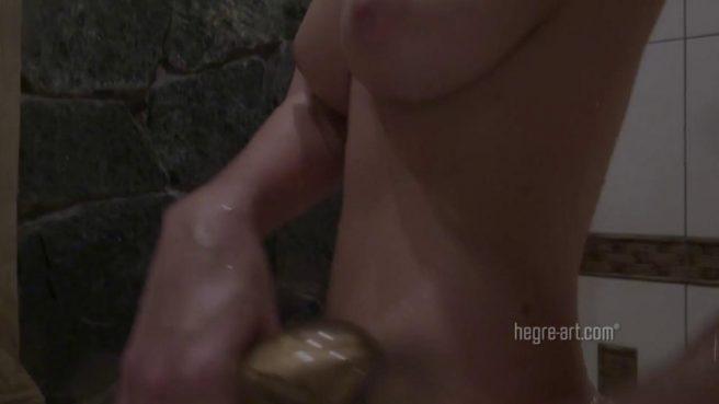 Похотливая телка устроила соло мастурбацию в теплой ванне #10