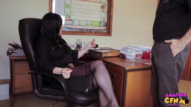 Брюнетка сосет крепкий член своего нового коллеги в офисе #1