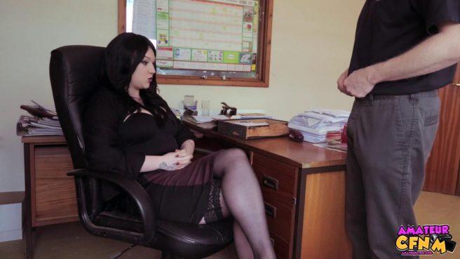 Брюнетка сосет крепкий член своего нового коллеги в офисе #2