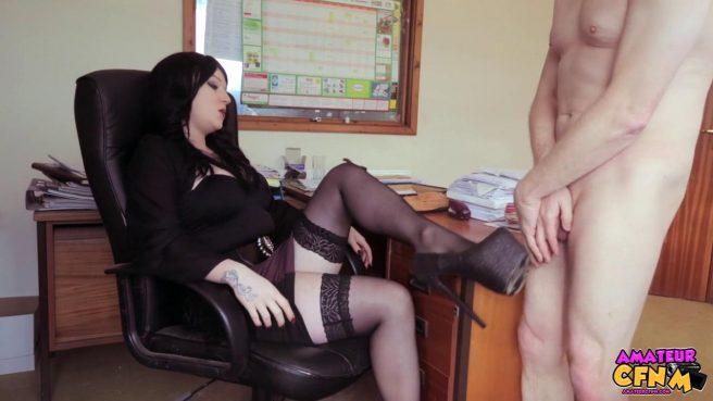 Брюнетка сосет крепкий член своего нового коллеги в офисе #3
