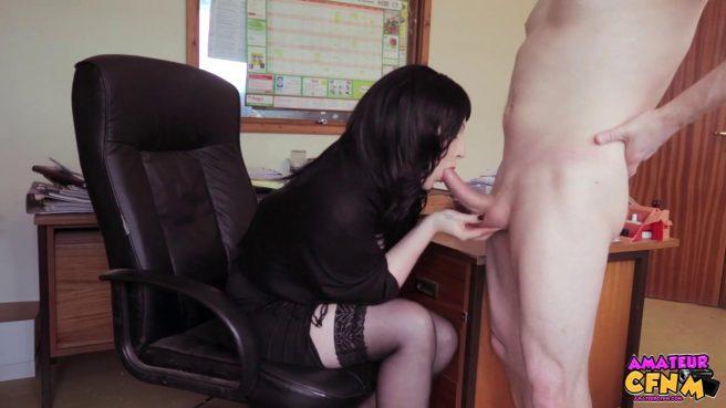 Брюнетка сосет крепкий член своего нового коллеги в офисе #5