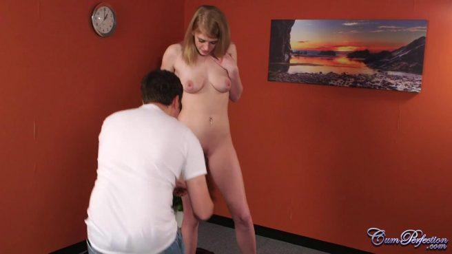 Натурщица сосет крепкий член художника и получает сперму на лицо #2