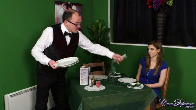 Официант накормил телку спермой и дал ей отсосать своей стояк в ресторане #1