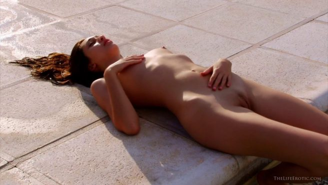 Голая красотка устроила жаркую мастурбацию у бассейна #4