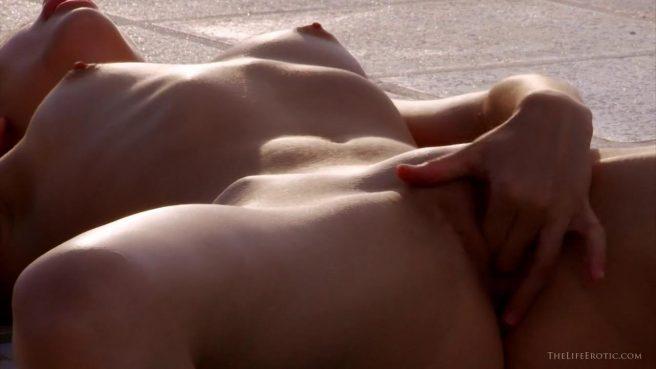 Голая красотка устроила жаркую мастурбацию у бассейна #7