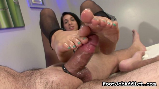 Зрелый мужик кайфует от того, что телка мастурбирует его член ногами #10